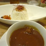 カレー・カフェ「ジジセラーノ」で チキンカレーと丸眼鏡キャラクター