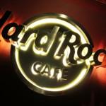 「Hard Rock Cafe 東京」で STONES BARはあのシンボルが目印