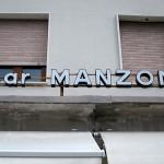 bar「MANZONI」でGradoの街の入り江とヨット眺めいただくカプチーノ