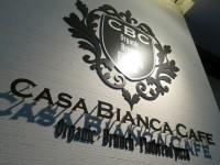 イタリアンカフェ「CASA BIANCA CAFE」で白いおウチと紅いカンパリのグラスたち
