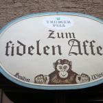 GASTWIRTSCHAFT「Zum fidelen Affen」でカプツィナーベルクの丘と白のグラスと